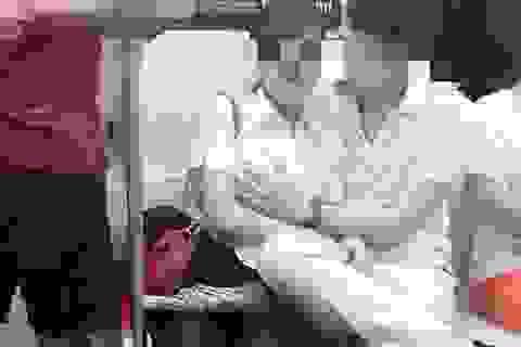 """Cư dân mạng Trung Quốc """"dậy sóng"""" vì cặp đôi """"thân mật quá đà"""" trên tàu điện ngầm"""