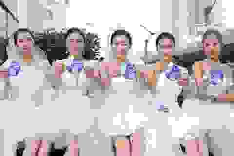 """Trung Quốc: Thiếu nữ diện váy cưới lên tàu tìm """"ý trung nhân"""""""
