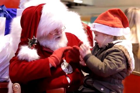 """Ấm lòng khoảnh khắc Santa Claus """"trò chuyện"""" với bé khiếm thính"""