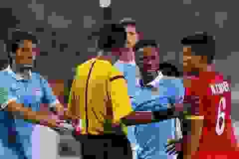 Sterling tức giận vì bị cầu thủ Việt Nam phạm lỗi