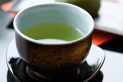 Thiếu nữ bị viêm gan sau khi uống quá nhiều trà xanh