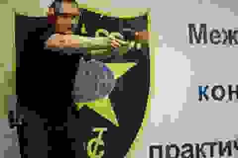 Phó thủ tướng Nga trổ tài bắn súng bằng 2 tay