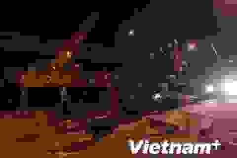 Xe cần cẩu lớn đổ chắn ngang đường trong đêm ở phố Nguyễn Xiển