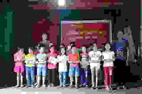 Hơn 100 học sinh thôn nghèo nhận quà khuyến học trong ngày Quốc khánh