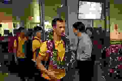 Những người hùng futsal Việt Nam đặt chân tới Nội Bài