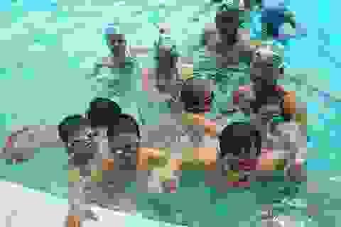 Nở rộ trào lưu cho con học bơi