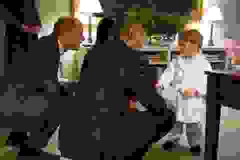 Hoàng tử bé nước Anh mặc đồ ngủ gặp Tổng thống Obama