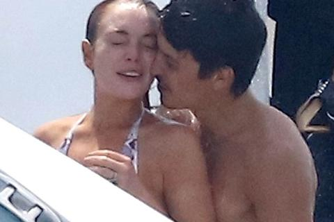 """""""Gái hư"""" Lindsay Lohan nũng nịu bên bạn trai tỉ phú"""