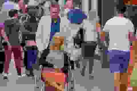 Âu yếm đưa búp bê tình dục đi chơi khắp nơi