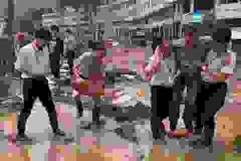 Trung Quốc sa thải quan chức vì được khiêng qua chỗ lội