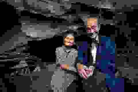 Cặp vợ chồng già hạnh phúc sống trong hang núi hơn 50 năm