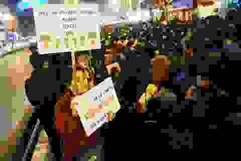 Hàng nghìn người ngồi lòng đường làm lễ cầu an chùa Phúc Khánh