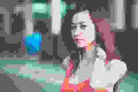 Vẻ hớp hồn của fan nữ hát Quốc ca trận U23 Việt Nam - U23 Jordan