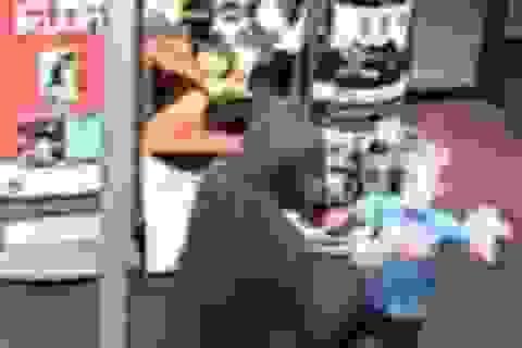 Mỹ: Cậu bé 7 tuổi dùng gấu bông đánh cướp có vũ khí