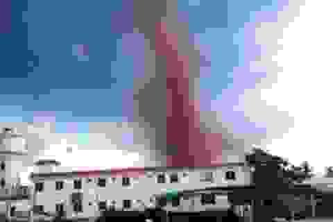 Video: Lốc xoáy đỏ bí ẩn đáng sợ trên bầu trời TQ