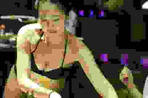 """Gái xinh Trung Quốc bị """"ném đá"""" vì mặc bikini phục vụ khách"""