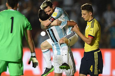 Argentina 3-0 Colombia: Messi chói sáng