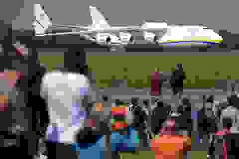 Máy bay lớn nhất thế giới gây tò mò ở Czech