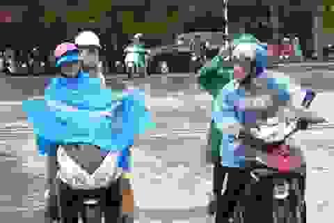 Thí sinh chật vật đội mưa tới làm thủ tục dự thi