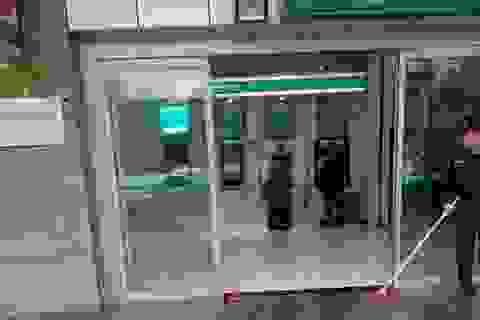 Bức ảnh đôi giày bẩn trước cây ATM gây xúc động mạnh