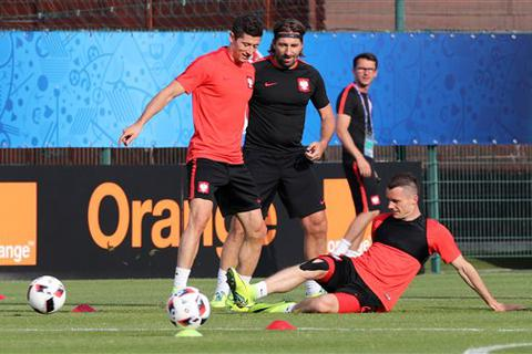 """Lewandowski, Milik """"rèn chân"""" chuẩn bị tiếp Bồ Đào Nha"""