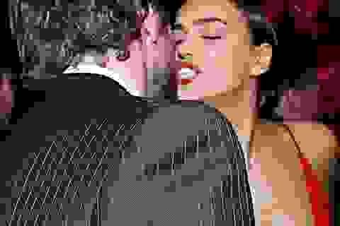 Hậu tin đồn chia tay, Irina Shayk khóa môi say đắm bạn trai lịch lãm