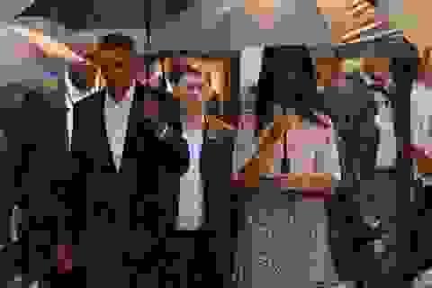 Tổng thống Obama cầm ô dạo phố cổ Havana giữa trời mưa