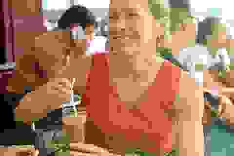Tân Tổng lãnh sự Mỹ dạo phố, uống cà phê sữa đá