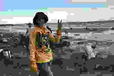 Hàng chục du khách nước ngoài tự nguyện dọn rác ở Mũi Né