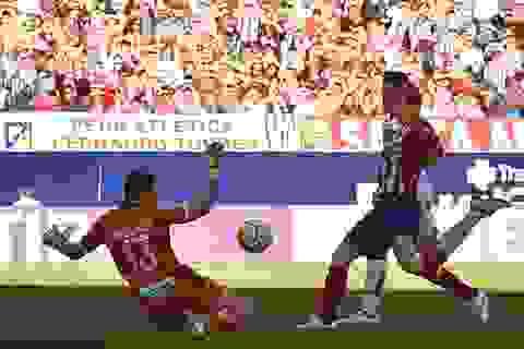 Torres lập công giúp Atletico bằng điểm Barcelona