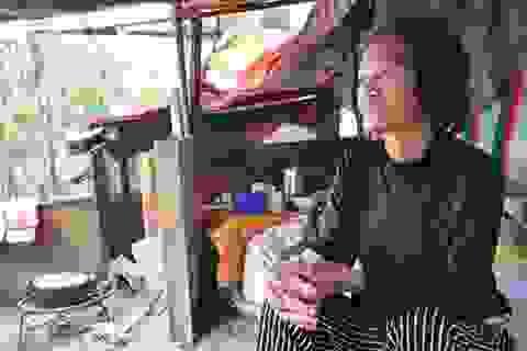 Túp lều 3 m2 của cụ bà 75 tuổi dưới chân cầu Long Biên