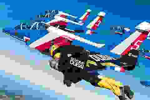 """Xem """"người bay"""" biểu diễn vô cùng ấn tượng cùng máy bay"""