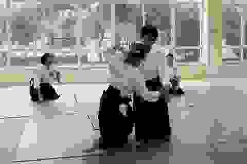 Ngắm nhìn kỹ thuật điêu luyện của võ sư Aikido 6 đẳng từ Nhật Bản