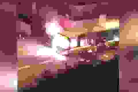 Sốc với cảnh xe buýt bị chặn đường, đốt phá giữa thủ đô Paris