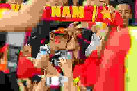 Màn khoá môi nóng bỏng mừng chiến thắng đội tuyển Việt Nam