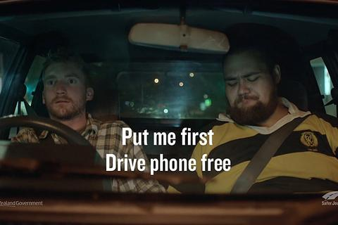 """Clip tuyên truyền an toàn giao thông """"độc"""""""