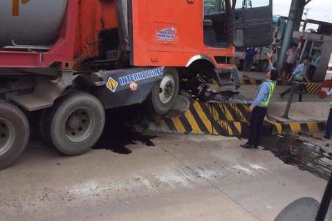 Trạm thu phí cầu Đồng Nai lần thứ 2 bị xe tông