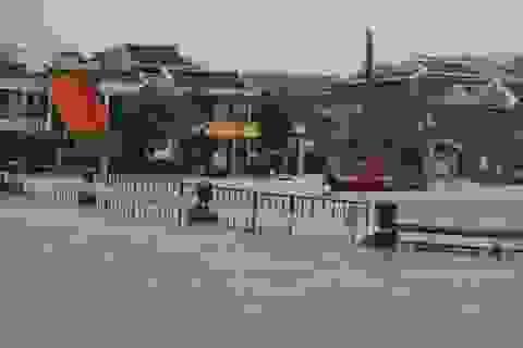 Người dân liều mình vượt dòng nước lũ dâng cao bất thường