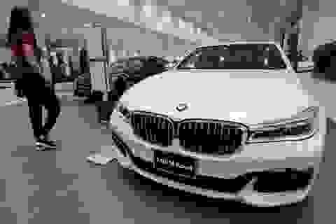 """BMW """"phất cờ trắng"""" trên thị trường xe sang Mỹ"""