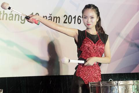 Độc đáo màn đánh trống nước của nữ sinh Học viện Phụ nữ Việt Nam