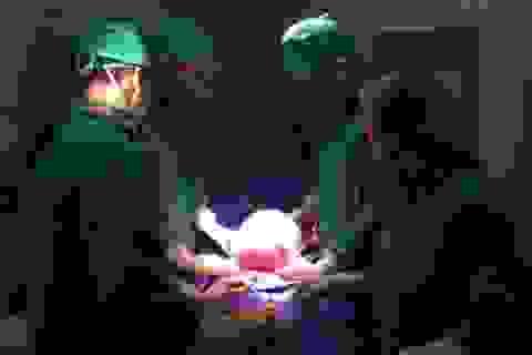 """""""Bóc"""" khối u xơ tử cung gần 3,6kg ra khỏi cơ thể bệnh nhân"""