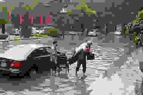 """Những hình ảnh khóc - cười cùng trận """"lụt"""" ở Hà Nội sáng nay"""