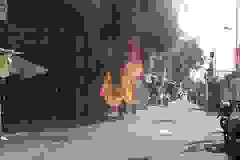 Xe máy bốc cháy ngùn ngụt trên đường phố Hà Nội