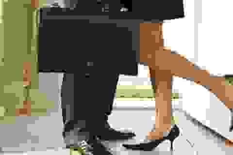 """Sếp """"duyệt"""" nâng lương trước hạn cho vợ tôi trong... khách sạn"""