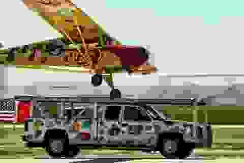 Clip phi cơ hạ cánh trên mui ôtô đang chạy gây sốc