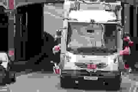 Cô dâu gây sốc vì dùng xe chở rác làm xe hoa