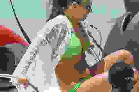 Vợ Rooney tự tin diện áo tắm sau khi sinh con ít tuần