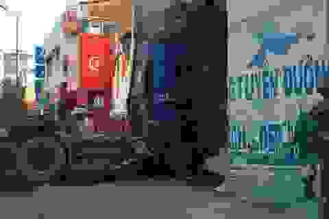 Xe container nổ lốp, lao vào bãi giữ xe