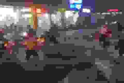 """Tòa nhà Bitexco nước đổ như """"thác"""", nhiều xe máy bị cuốn trôi trên đường"""