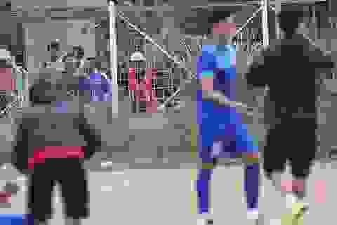 """Sân tập nhiều """"ổ gà"""", đội tuyển Việt Nam chỉ khởi động nhẹ"""